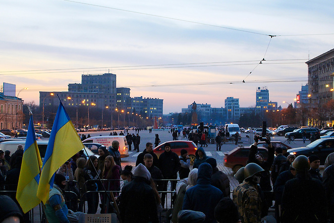 In Charkow stehen sich Euromaidan-Aktivisten und pro-russische Demonstranten gegenüber. Die pro-westlichen Aktivisten hatten für eine gute Woche die Regionalverwaltung besetzt gehalten, bis die Gegendemonstranten versuchten, das Verwaltungsgebäude gewaltsam zu stürmen. Nach Aussagen der Euromaidan-Aktivisten seien auch russische Busse gesichtet worden, die Demonstranten mit einem für Charkow untypischen Akzent in die Stadt gebracht hätten.