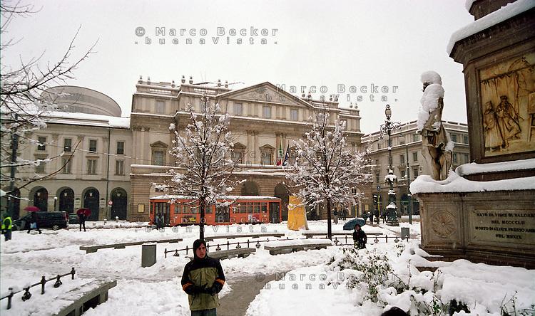 Gennaio 2009, nevicata su Milano. Piazza della Scala --- January 2009, snowfall in Milan. Della Scala square