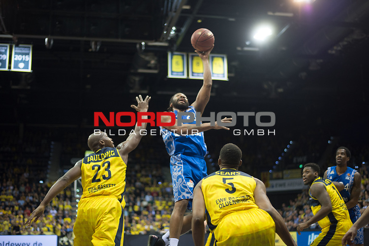 11.02.2020, EWE Arena, Oldenburg, GER, easy Credit-BBL, EWE Baskets Oldenburg vs Fraport Skyliners Frankfurt, im Bild<br /> Quantez ROBERTSON (Fraport Skyliners Frankfurt #23 ) Rickey PAULDING (EWE Baskets Oldenburg #23 ) Justin SEARS (EWE Baskets Oldenburg #5 )<br /> Foto © nordphoto / Rojahn