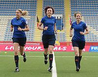 Belgian Red Flames - Noorwegen :<br /> <br /> Referee Vivian Peeters (M) met assistent referees Fijke Hoogendijk (R) en Nicolet Bakker (L)<br /> <br /> foto VDB / BART VANDENBROUCKE