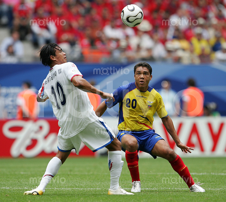 Fussball WM 2006        Ekuador - Costa Rica Walter CENTENO (links, CRC) im Zweikampf mit Edwin TENORIO (rechts, ECU).