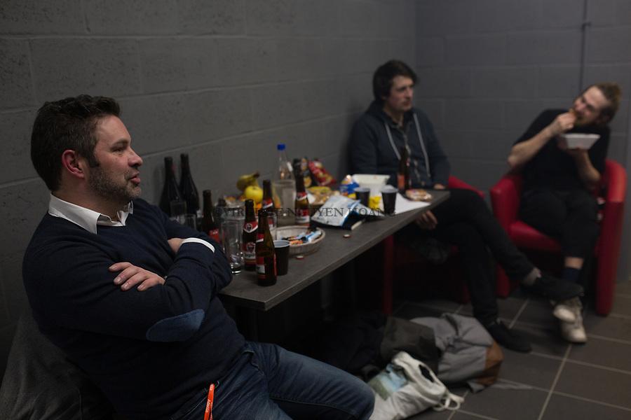 Perwez, Belgique: Arnaud, l'agent de Sonnfjord debrief avec les membres du groupe après le concert, le 23 février 2018.