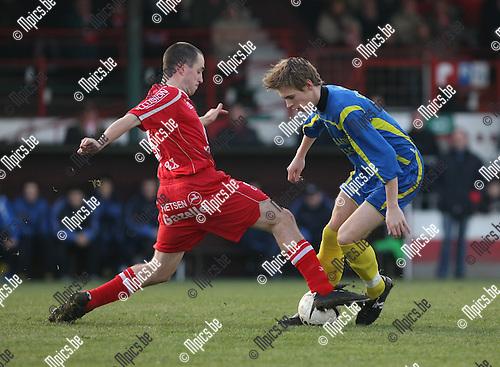 2008-12-14 / Voetbal / Lyra - Thes Sport / Sven Hendrickx (L, Lyra) probeert bezoeker Goyvaerts van de bal te zetten..Foto: Maarten Straetemans (SMB)