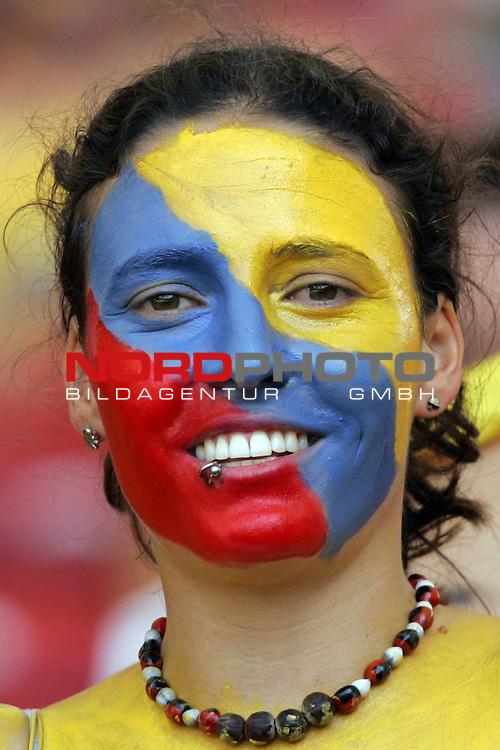 FIFA WM 2006 -  Round of Sixteen - / Achtelfinale<br /> Play    #51 (25-Jun) - England vs Ecuador<br /> <br /> Weiblicher Fan von Ecuador mit Gesichtsmaske in den Landesfarben.<br /> <br /> Foto &copy; nordphoto