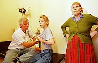 In der Ortschaft Orahovac lebten vor dem Kosovo-Krieg Kosovo-Serben und Kosovo-Albaner zusammen. Nun ist die serbische Bevoelkerung vor den Kosovo-Albanern in den oberen Teil des Ortes gefluechtet. Hinzu kamen etliche Fluechtlinge aus den Bergen und der Umgebung. Mittlerweile leben nahezu 3.500 Menschen auf engstem Raum.<br /> Hier: Der ehemalige Marineoffizier, Dr. Dietz R. Kleine aus Kiel, ist der einzige Mediziner, der sich um die Gesundheit der Bewohner kuemmert.<br /> Orahovac/Jugoslawien, 2.8.1999<br /> Copyright: Christian-Ditsch.de<br /> [Inhaltsveraendernde Manipulation des Fotos nur nach ausdruecklicher Genehmigung des Fotografen. Vereinbarungen ueber Abtretung von Persoenlichkeitsrechten/Model Release der abgebildeten Person/Personen liegen nicht vor. NO MODEL RELEASE! Don't publish without copyright Christian-Ditsch.de, Veroeffentlichung nur mit Fotografennennung, sowie gegen Honorar, MwSt. und Beleg. Konto: I N G - D i B a, IBAN DE58500105175400192269, BIC INGDDEFFXXX, Kontakt: post@christian-ditsch.de<br /> Urhebervermerk wird gemaess Paragraph 13 UHG verlangt.]