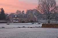 United Kingdom, England, Gloucestershire (Cotswolds), Bledington: Village in dawn frost | Grossbritannien, England, Gloucestershire (Cotswolds), Bledington: winterliche Dorfszene, ein frostiger Morgen