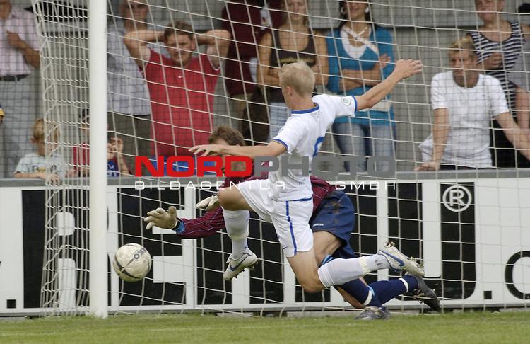 RLN 2006/2007 - 4.Spieltag Hinrunde BSV Kickers Emden - Hertha BSC II<br /> Kickers Torwart Sven Hoffmeister gegen Thomas Kraus - kann den Ball halten und wird verletzt<br /> <br /> Foto &copy; nordphoto