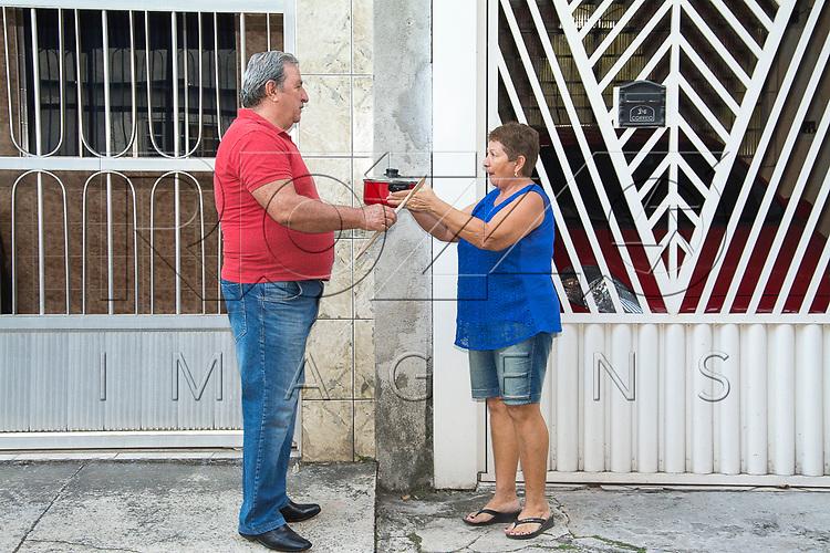 Vizinhos trocando algo em frente as suas casas, São Paulo - SP, 05/2017. Uso de imagem autorizado.