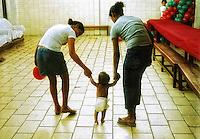 Crianças orfaos de pais vivos. Casa Transitoria. Ceilandia. Distrito Federal. 2005. Foto de Sergio Amaral.