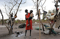 SOUTH-SUDAN Lakes State, Rumbek, village Colocok, Dinka woman with child in cattle camp / SUED SUDAN Rumbek, village Colocok, Dinka Frau im Cattle Camp