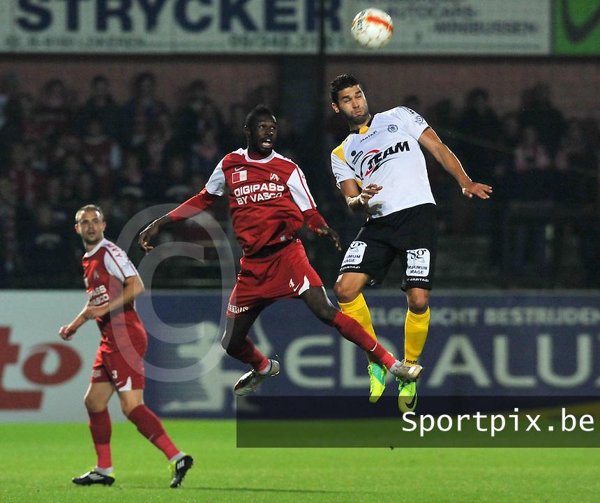 Sporting Lokeren - KV Kortrijk : Hamdi Harbaoui (rechts) klimt hoger dan Ismaila Ndiaye.foto VDB / BART VANDENBROUCKE