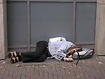 Europa, DEU, Deutschland, Nordrhein Westfalen, Ruhrgebiet, Essen, Obdachloser, Fussgaengerzone, Kategorien und Themen, Gesellschaft, Lebenswelten, Lebensraeume, Gesellschaftliche Themen, Soziale Themen, Menschen, Personen, Leute, Menschenfotografie, People, Armut, Unterschicht, Soziales, Soziale Armut, Arm......[Fuer die Nutzung gelten die jeweils gueltigen Allgemeinen Liefer-und Geschaeftsbedingungen. Nutzung nur gegen Verwendungsmeldung und Nachweis. Download der AGB unter http://www.image-box.com oder werden auf Anfrage zugesendet. Freigabe ist vorher erforderlich. Jede Nutzung des Fotos ist honorarpflichtig gemaess derzeit gueltiger MFM Liste - Kontakt, Uwe Schmid-Fotografie, Duisburg, Tel. (+49).2065.677997, fotofinder@image-box.com, www.image-box.com]