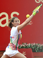 BOGOTA - COLOMBIA - 12-04-2016: Marina Duque de Colombia,  devuelve la bola a Amra Sadikovic de Suiza,  durante partido por el Claro Colsanitas WTA, que se realiza en el Club El Rancho de Bogota. / Marina Duque of Colombia, returns the ball to Amra Sadikovic of Switzerland, during a match for the WTA Claro Colsanitas, which takes place at Club El Rancho de Bogota. Photo: VizzorImage / Luis Ramirez / Staff.