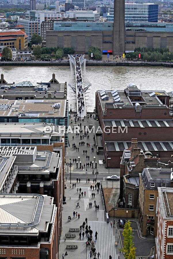 Ponte Millenium Bridge sobre o Rio Tiamisa. Londres. Inglaterra. 2008. Foto de Juca Martins.