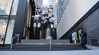 """NOVA YORK, EUA, 21.10.2018 - ARTE-EUA - Escultura de 25 pés de altura denominada """"Clean Slate"""" do artista plastico Brian Donnelly, também conhecido como Kaws a obra fica na entrada de um novo espaço para exposições o The Box Philllips na Ilha de Manhattan em Nova York neste domingo, 21. (Foto: William Volcov/Brazil Photo Press)"""