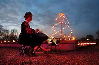 Nederland Amsterdam 2016. Noorderlichtjesavond. Op begraafplaats De Nieuwe Noorder is op woensdag 14 december een  herdenkingsavond voor nabestaanden. Muziek bij de ingang.  Foto Berlinda van Dam / Hollandse Hoogte