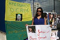 SAO PAULO, SP, 16 DE SETEMBRO DE 2013 -  CASO BIANCA CONSOLI. Manifestantes na porta do forum, para o novo julgamento do motoboy Sandro Dota (42), acusado de estuprar e matar a ex-cunhada, Bianca Consoli, quando ela tinha 19 anos, em 2011. Após o júri ter sido cancelado no mês passado, começa nesta segunda-feira (16), o novo julgamento, agora com acusado na condição de réu confesso, no Fórum Criminal Ministro Mário Guimarães – Barra Funda – zona oeste da Capital. (Foto: Mauricio Camargo / Brazil Photo Press).