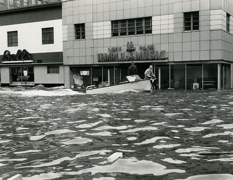 1962  March  08..Historical         ..1962 NORFOLK FLOODING..CLIFTON GUTHRIE.NEG#.961-D..