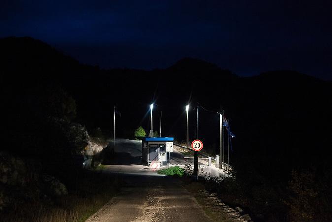 Ein Grenzposten an der EU Außengrenze zwischen Bosnien-Herzegowina und Kroatien in der Nähe des Dorfes Brestica in den Bergen bei Neum, Bosnien. Rechts geht es nach Kroatien, geradeaus bleibt man auf bosnischem Gebiet. <br /> <br /> A checkpoint at the boarder of the European Union between Bosnia and Croatia, close to the village of Brestica in the mountain area around Neum. Rightwards is Croatia, straight ahead is Bosnia. <br /> <br /> Wer die Absicht hat, illegal in die EU einzureisen wählt nicht den Weg über die offizielle Grenze, sondern den Weg durch schwieriges Gelände. Die bergige Topographie erschwert die Kontrolle der grünen Grenze zwischen Bosnien-Herzegowina und Kroatien. / . People who want to cross the boarder to the European Union illegally, don't choose the official boarder but prefer difficult terrain. The mountainous topography of the area make it hard to control the green boarder between Bosnia-Herzegovina and Croatia.<br />Der kleine Ort Neum liegt in Bosnien-Herzegovina und bildet den einzigen Zugang zum Meer des Balkanlandes. Auf einer Länge von 9 km durchschneidet der Ort das kroatische Staatsgebiet (Neum-Korridor) Seit dem EU-Beitritt Kroatiens ist Neum auf beiden Seiten von EU-Außengrenzen eingeschlossen. / The small city of Neum in Bosnia and Herzegovina is the only place in Bosnia, where the country has access to the adriatic sea. Over a length of 9 kilometers the area cuts Croatian territory in two pieces. Since Croatia became part of the European Union, the city of Neum is enclosed between two EU-boarders.