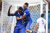 FUSSBALL WM 2014  VORRUNDE    Gruppe D     England - Italien                         14.06.2014 Marco Verratti (re) und Torschuetze Mario Balotelli (li, beide Italien) jubeln nach dem 1:2