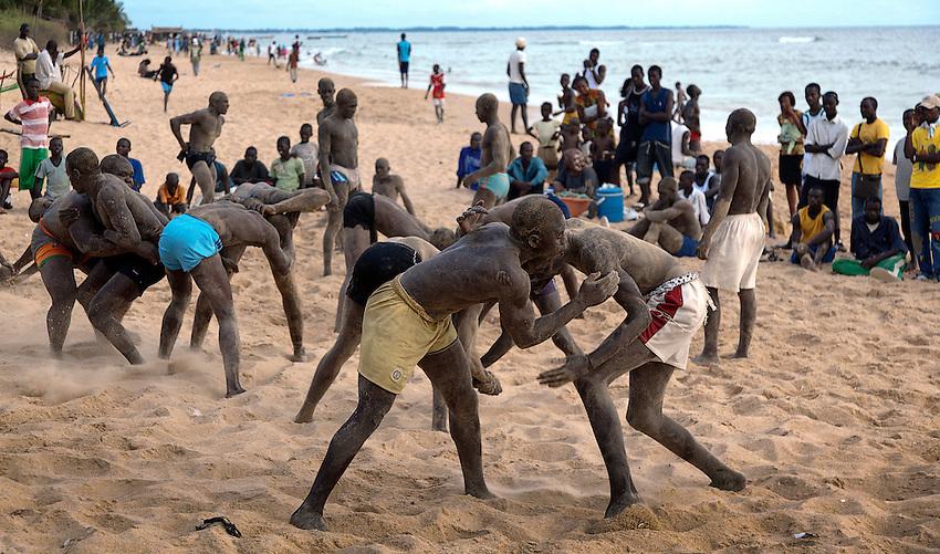 Africa, Afrika, Senegal, 17-09-2011,Mbour, Lutte, Senegalees Worstelen is de populairste sport van Senegal. De worstelaars trainen dagelijks op ht strand , soms tot ze er bij neervallen.. foto: michael Kooren/HH