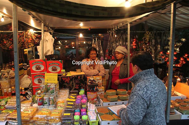 """Foto: VidiPhoto..ARNHEM - Actrice Wieteke van Dort heeft zaterdag als """"Tante Lien"""" samen met dierentuindirecteur Alex van Hooff de Winter Pasar Malam van Burgers' Zoo geopend. Behalve de eerste rituele hapjes van gele rijst, werd ook een symbolische geluksmaaltijd aan de aardvarkens in de Bush aangeboden. De Oosterse nachtmarkt van het Arnhemse dierenpark is tot en met 30 december in de avonduren geopend. Het is voor het eerst dat Burgers' een Pasar Malam in (de overdekte Bush) houdt."""