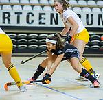 Almere - Zaalhockey Amsterdam-Den Bosch (v)  .    Noor de Baat (A'dam) en Rosa Fernig (DBO)  TopsportCentrum Almere.    COPYRIGHT KOEN SUYK