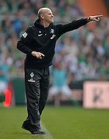 FUSSBALL   1. BUNDESLIGA   SAISON 2012/2013    32. SPIELTAG SV Werder Bremen - TSG 1899 Hoffenheim             04.05.2013 Trainer Thomas Schaaf (SV Werder Bremen) engagiert an der Seitenlinie