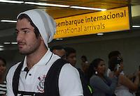 SAO PAULO, SP, 21 FEVEREIRO 2013 -   Pato no desembarque da equipe do Corinthians após partida contra o San Jose da Bolivia valioda pela taca Libertadores da America, no aeroporto de Cumbica , em Guarulhos. nesta quarta feira 21. (FOTO: ALAN MORICI / BRAZIL PHOTO PRESS).