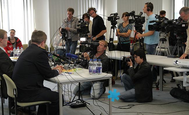 Nach dem Doppelmord im saechsischen Groitzsch hat sich ein Mann in Bayern der Polizei gestellt. Der 40 Jahre alte Jaeger gilt als dringend tatverdaechtig. Zur Festnahme nach dem Doppelmord in Groitzsch informieren Polizei und Staatsanwaltschaft am Freitag, 3.9.2010. Bei der Pressekonferenz sprechen Landespolizeipraesident Bernd Merbitz, Oberstaatsanwalt Ricardo Schulz und der Leitende Kriminaldirektor Jürgen (Juergen) Georgie. Die Pressekonferenz ist von grossem Medieninteresse. Foto: aif / Ines Christ
