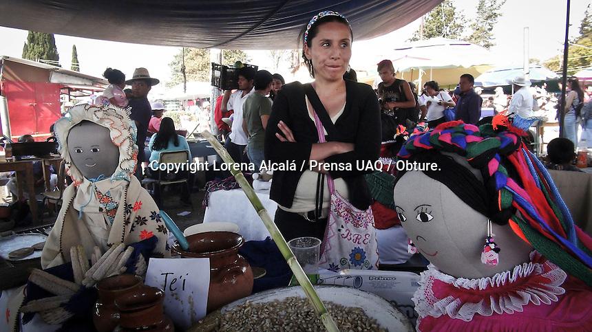 Amealco de Bonfil. Quer&eacute;taro. 23 de Febrero de 2016.- Este fin de semana campesinos, organizaciones de productores y habitantes del municipio de Amealco participaron en la &quot;Tercera Feria del maiz: por la soberan&iacute;a alimentaria&quot;; que se realiz&oacute; en la explanada de la delegaci&oacute;n de Santiago Mexquititl&aacute;n.<br /> <br /> Durante el evento se realizaron actividades como intercambio de semillas, exposici&oacute;n de obras art&iacute;sticas y degustaci&oacute;n de alimentos, en su mayor&iacute;a provenientes del ma&iacute;z, frijol y haba; aunque tambi&eacute;n de productos regionales como quelites y pulque. El objetivo de la feria es hacer conciencia a la poblaci&oacute;n del peligro de la dependencia alimentaria y de la sustituci&oacute;n de granos aut&oacute;ctonos por semillas gen&eacute;ticamente alteradas.<br /> <br /> Foto: Lorena Alcal&aacute; / Prensa UAQ / Obture.