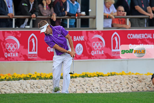 Jbe Kruger (RSA) chips onto the 18th green during Sunday's Final Round of the Commercial Bank Qatar Masters 2013 at Doha Golf Club, Doha, Qatar 26th January 2013 .Photo Eoin Clarke/www.golffile.ie