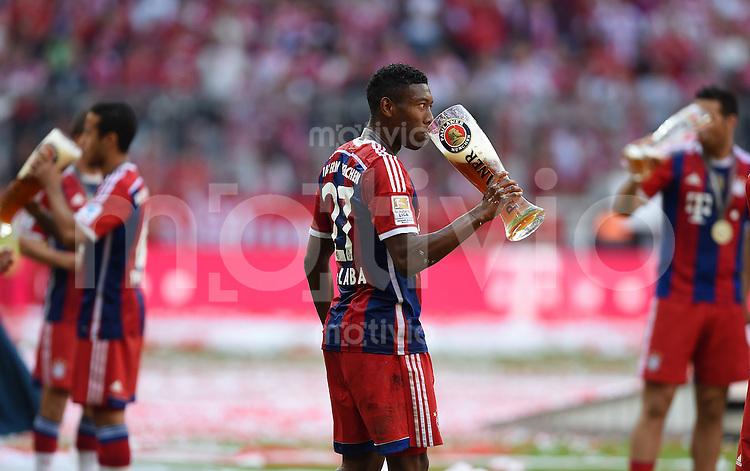 FUSSBALL   1. BUNDESLIGA   SAISON 2013/2014  34. SPIELTAG FC Bayern Muenchen - VfB Stuttgart             10.05.2014 Der FC Bayern feiert die 24. Deutsche Meisterschaft: David Alaba mit Weissbier