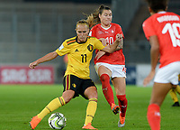 20181009 – BIEL BIENNE , SWITZERLAND : Belgian Janice Cayman (left) pictured in a duel with Ramona Bachmann during the female soccer game between Switzerland and the Belgian Red Flames , the second leg in the semi finals play offs for qualification for the World Championship in France 2019 ; the first leg ended in equality 2-2 ;  Tuesday 9 th october 2018 at The Tissot Arena  in BIEL BIENNE , Switzerland . PHOTO SPORTPIX.BE | DAVID CATRY