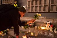 Gedenken am Dienstag den 19. Dezember 2017 anlaesslich des 1. Jahrestag des Terroranschlag auf den Weihnachtsmarkt auf dem Berliner Breitscheidplatz am 19.12.2016 durch den Terroristen Anis Amri.<br /> Im Bild: Ein Mann legt zwei Rosen am Gedenkort nieder.<br /> 19.12.2017, Berlin<br /> Copyright: Christian-Ditsch.de<br /> [Inhaltsveraendernde Manipulation des Fotos nur nach ausdruecklicher Genehmigung des Fotografen. Vereinbarungen ueber Abtretung von Persoenlichkeitsrechten/Model Release der abgebildeten Person/Personen liegen nicht vor. NO MODEL RELEASE! Nur fuer Redaktionelle Zwecke. Don't publish without copyright Christian-Ditsch.de, Veroeffentlichung nur mit Fotografennennung, sowie gegen Honorar, MwSt. und Beleg. Konto: I N G - D i B a, IBAN DE58500105175400192269, BIC INGDDEFFXXX, Kontakt: post@christian-ditsch.de<br /> Bei der Bearbeitung der Dateiinformationen darf die Urheberkennzeichnung in den EXIF- und  IPTC-Daten nicht entfernt werden, diese sind in digitalen Medien nach §95c UrhG rechtlich geschuetzt. Der Urhebervermerk wird gemaess §13 UrhG verlangt.]