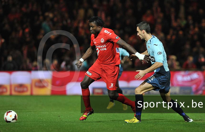 KV Kortrijk - KV Oostende : Elimane Coulibaly aan de bal voor Baptiste Schmisser<br /> foto VDB / Bart Vandenbroucke