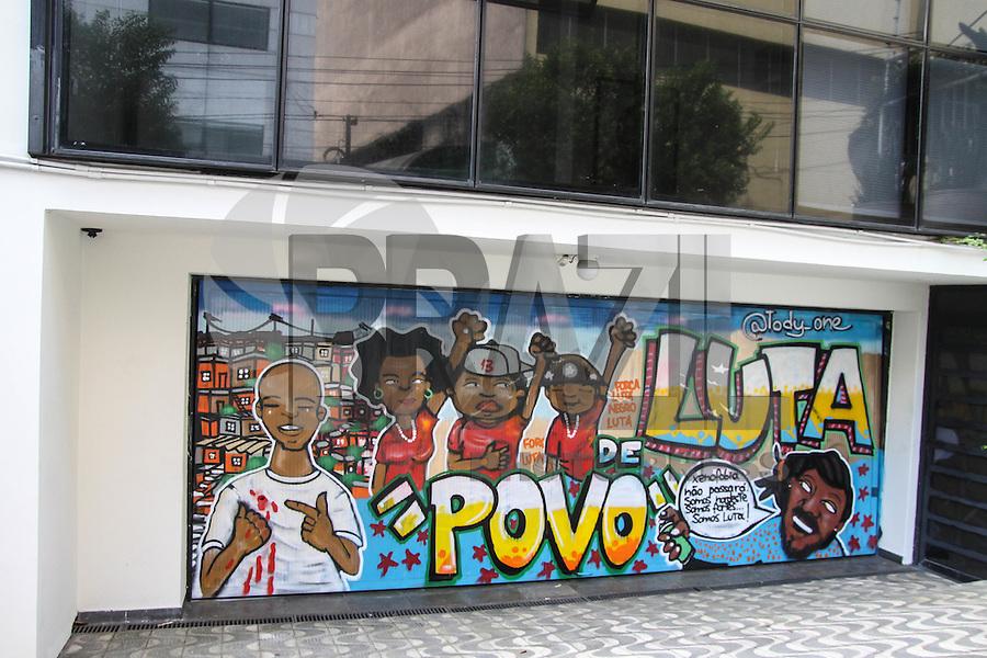 SÃO PAULO, SP, 05.03.2016 - INSTITUTO-LULA - Militantes do Partido dos Trabalhadores são vistos no Instituto Lula após amanhecer pichada, no bairro do Ipiranga região sul de São Paulo neste sábado, 05. (Foto: Marcos Moraes/Brazil Photo Press)
