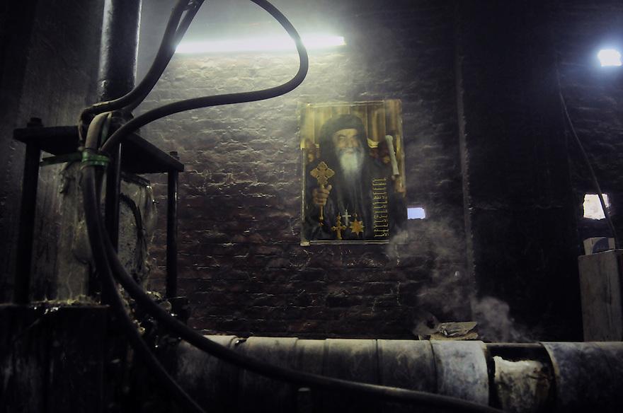 """Machine de recyclage dans un atelier copte de """"Garbage city"""", bidonville de la banlieue du caire, peuplé en grande majorité de chrétiens recyclant les déchets de la ville pour gagner leur vie."""