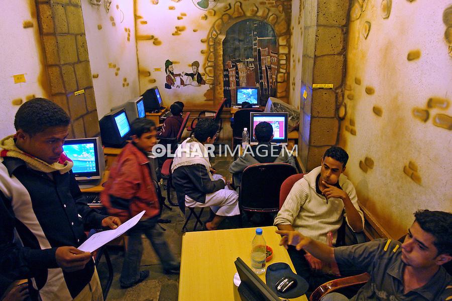 Pessoas em Lan House na cidade de Sanaa capital do Yemen. 2008. Foto de Caio Vilela.