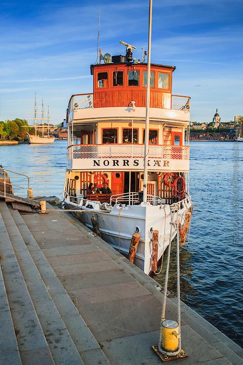 Ångbåten och Waxholmsbåten Norrskär förtöjd vid kajen vid Stockholms ström