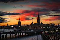 Riddarholmen i siluett med Stockholms Stadshus mot natthimmel
