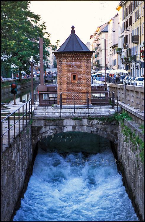 Milano, quartiere Conchetta. La garitta in mattoni alla prima conca del Naviglio Pavese --- Milan, Conchetta district. The sentry box at the first pound of the canal Naviglio Pavese