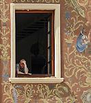 Mężczyzna w oknie na lubelskiej starówce.