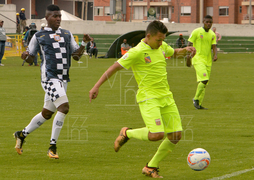TUNJA - COLOMBIA, 28-04-2018: John Misael Riascos (Izq) jugador de Boyacá Chicó FC disputa el balón con Neyder Moreno (Der) jugador de Envigado FC durante partido por la fecha 11 Liga Águila I 2018 realizado en el estadio La Independencia en Tunja. / John Misael Riascos (L) player of Boyaca Chico FC fights for the ball with Neyder Moreno (R) player of Envigado FC during match for the date 18 of Aguila League I 2018 played at La Independencia stadium in Tunja . Photo: VizzorImage / Jose Miguel Palencia / Cont