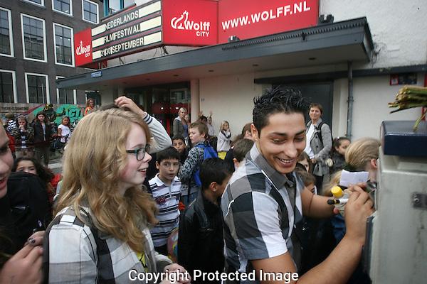20110927 - Utrecht - Foto: Ramon Mangold - NFF 2011 - Nederlands Filmfestival - .Jeugdvoorstellingen in City Wolff. Mamoun Elyounoussi (Acteur Pizzamaffia, genomineerd voor een Gouden Kalf in de categorie 'beste mannelijke bijrol' in 2005) deelt handtekeningen uit aan scholieren.