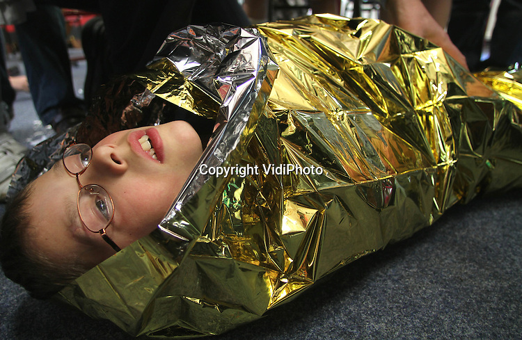 Opdr.nr.: 716..Foto: VidiPhoto..BARNEVELD - Veiligheidsadviseur Van Wincoop geeft brandveiligheidsles op de ds. Fraanjeschool in Barneveld