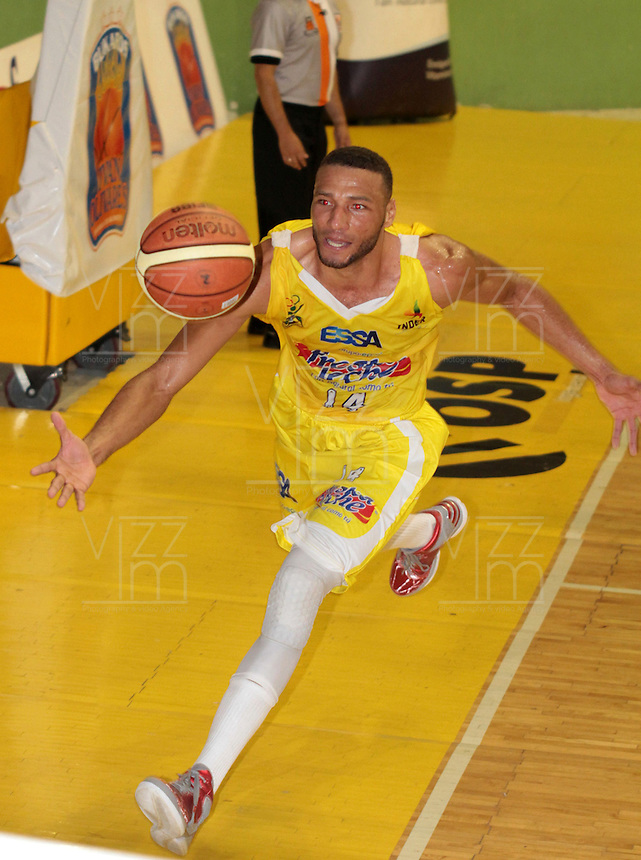 BUCARAMANGA -COLOMBIA, 26-03-2013. Hernández Villamil de Búcaros en acción durante partido de la fecha 20 de la Liga DirecTV de baloncesto profesional colombiano disputado en la ciudad de Bucaramanga. / Hernández Villamil in action during  game of the date 20 of the DirecTV League of professional Basketball of Colombia at Bucaramanga city. (Photo:VizzorImage / Jaime Moreno / STR)..............