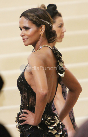NEW YORK, NY May 01, 2017 Halle Berry  attend  The Metropolitan Museum of Art Costume Institute Benefit Gala for Rei Kawakubo Comme des Garcons at  Metropolitan Museum of Art  in New York May 01,  2017. Credit:RW/MediaPunch
