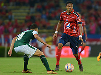 MEDELLÍN - COLOMBIA, 17-02-2018: Yairo Moreno (Der) jugador del Medellín disputa el balón con xxx (Izq) de Deportivo Cali durante el partido entre Independiente Medellín y Deportivo Cali por la fecha 4 de la Liga Águila I 2018 jugado en el estadio Atanasio Girardot de la ciudad de Medellín. / Yairo Moreno (R) player of Medellin vies for the ball with xxx (L) player of Deportivo Cali during match between Independiente Medellin and Deportivo Cali for the date 4 of the Aguila League I 2018 played at Atanasio Girardot stadium in Medellin city. Photo: VizzorImage/ León Monsalve / Cont