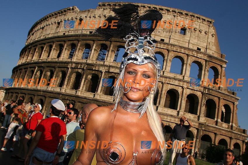 Roma, 24/06/06 Parata del Gay Pride a Roma. Nonostante la manifestazione principale di quest'anno sisia svolta a Torino, al corteo di Roma hanno partecipato circa 20.000 persone. L'onorevole Vladimir Luxuria, insieme al presidente dell'Arcigay e ad Imma Battaglia hanno guidato il corteo.<br /> Photo Samantha Zucchi Insidefoto
